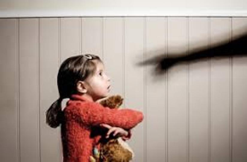 """Trabalho acadêmico analisa percepção de psicólogas (os) sobre o uso """"educativo"""" da punição física em crianças"""